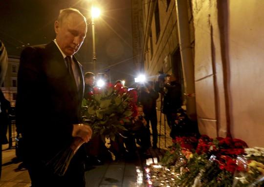 Tổng thống Nga Vladimir Putin đặt hoa bên ngoài nhà ga Tekhnologicheskiy Institut tối 3-4. Ảnh: Retuers