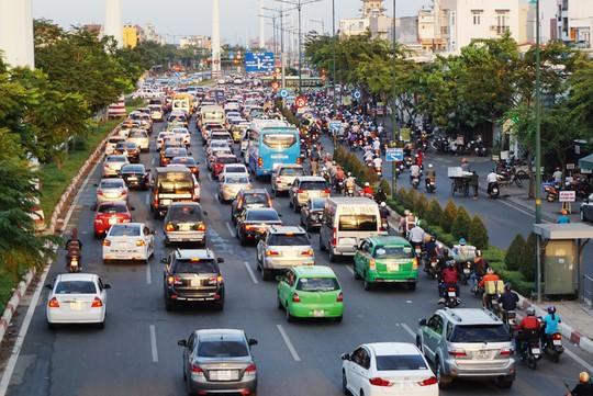 Đường Phạm Văn Đồng kẹt xe từ trưa đến tối - Ảnh 3.