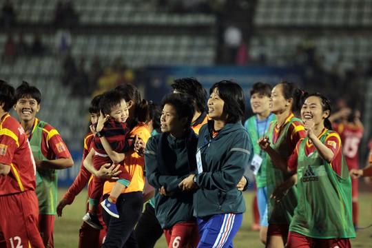 Hơn nửa tỉ đồng tiền thưởng cho bóng đá nữ TP HCM - Ảnh 3.