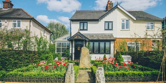 Ngôi nhà 2 tầng ở Essex (Anh) có vẻ ngoài giản dị với vườn hoa rực rỡ ở sân trước giống như những công trình xung quanh. Nhưng người chủ đã biến đổi hoàn toàn nội thất bên trong đối lập với hình ảnh phía ngoài nhà.