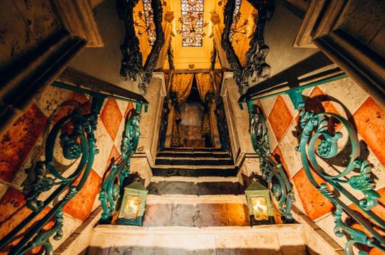 Ông John Trevillian đã xây dựng nhà vào năm 1990. Nơi này có 13 căn phòng với các phong cách hoàn toàn khác biệt nhau.
