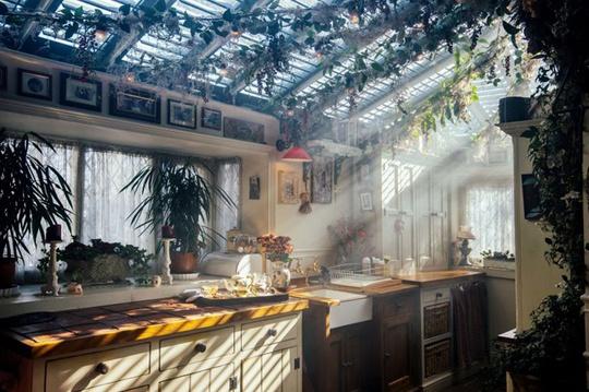 Mỗi căn phòng đều phảng phất không gian kỳ bí. Khu bếp với ánh nắng xiên qua phần mái trong suốt.