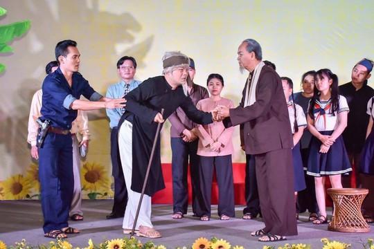 Tự hóa trang vai Bác Hồ, NSƯT Thanh Điền làm khán giả ngỡ ngàng - Ảnh 2.