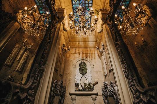 Một góc kiến trúc Italy với những mảng tường chạm trổ, đèn chùm lộng lẫy.