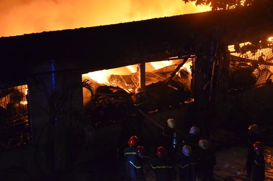 Công ty dệt may ở quận Tân Phú, TP HCM bốc cháy dữ dội - Ảnh 3.