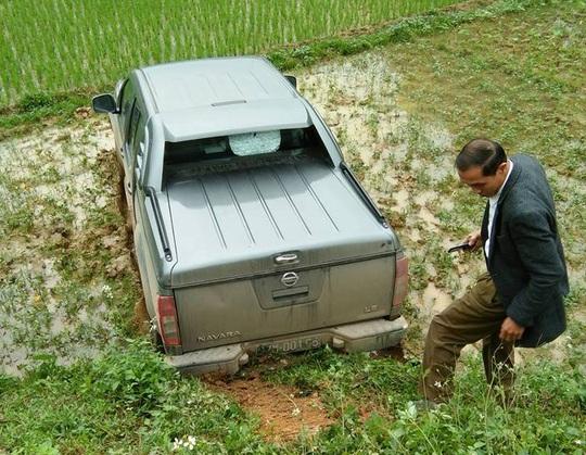 Sau khi va chạm với xe máy, xe ô tô mất lái bay xuống ruộng - Ảnh: FB