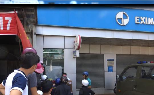 Táo tợn cạy phá trụ ATM bất chấp camera an ninh - Ảnh 3.