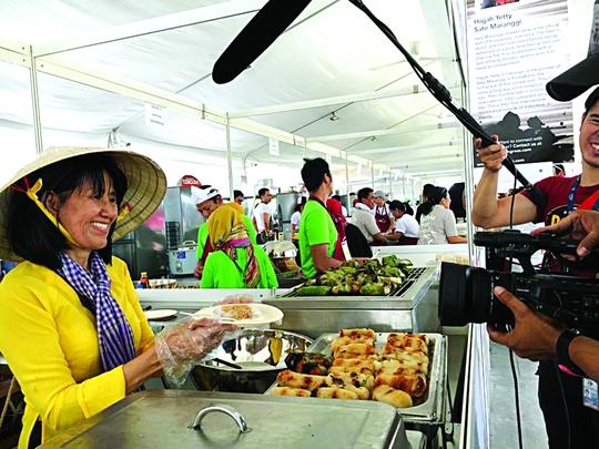 Quầy chuối nếp nướng Nam bộ ở Đại hội Ẩm thực đường phố thế giới 2016 được các đài truyền hình nước ngoài ghi hìnhẢnh: vân khánh