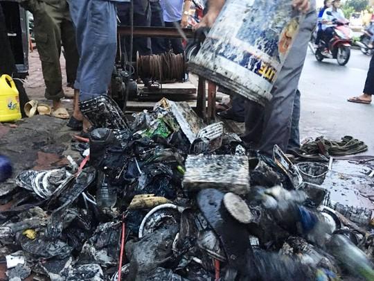 Dọn sạch rác đường Nguyễn Hữu Cảnh cho máy bơm chống ngập - Ảnh 1.