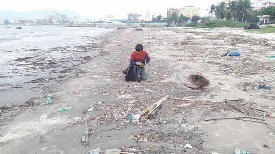 Hơn 1 km bờ biển Đà Nẵng tràn ngập hàng trăm tấn rác - Ảnh 8.