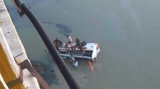 Thiếu niên lái xe buýt lao xuống sông, 33 người thiệt mạng - Ảnh 1.
