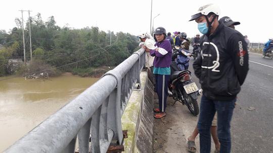 Bỏ lại xe đạp trên cầu, một học sinh lớp 11 nhảy sông tự tử - Ảnh 1.