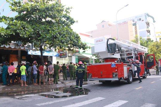 Cháy lớn tại quán Karaoke, gần 100 cảnh sát tham gia chữa cháy - Ảnh 1.