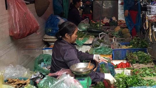 Mưa ngập đồng, giá rau xanh tại chợ Hà Nội tăng mạnh - Ảnh 1.