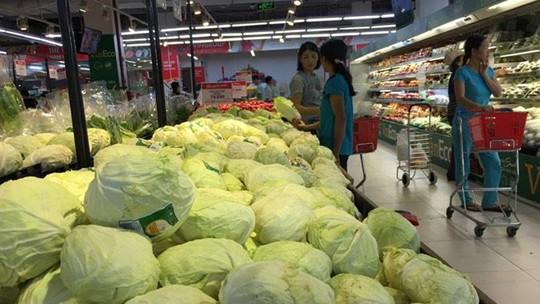 Mưa ngập đồng, giá rau xanh tại chợ Hà Nội tăng mạnh - Ảnh 3.