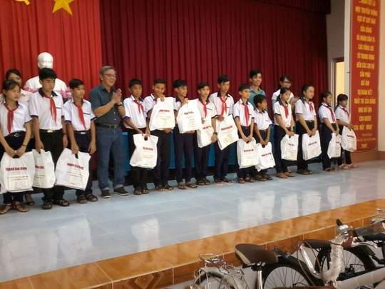 Báo Người Lao Động tặng 800 phần quà cho HS nghèo ĐBSCL - Ảnh 3.