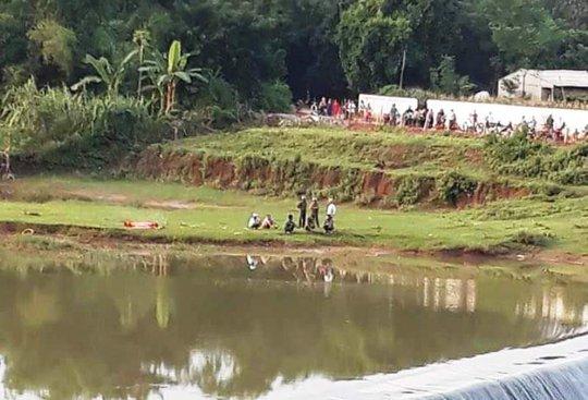 Người đàn ông chết dưới đập nước, quần áo và xe để trên bờ - Ảnh 1.