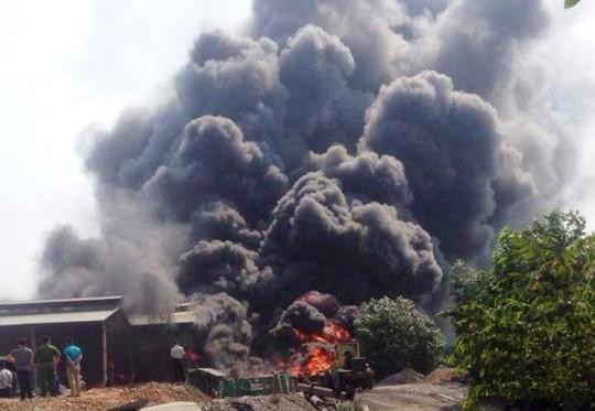 Video clip cháy kinh hoàng tại xưởng tái chế lốp xe cũ sau tiếng nổ - Ảnh 1.