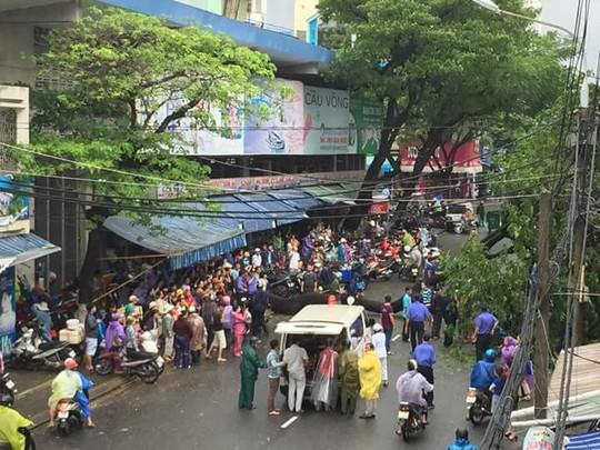 Từ Bình Định đến Đà Nẵng: Cây ngã la liệt, nhiều khu vực bị lũ chia cắt - Ảnh 15.