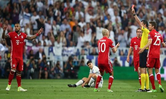 Vidal nhận thẻ đỏ, Bayern sụp đổ