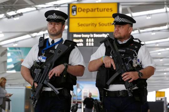 Làm loạn trên máy bay, 2 vợ chồng bị trói vào ghế - Ảnh 1.