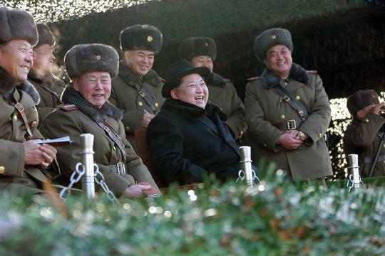 Lãnh đạo Kim Jong-un giám sát cuộc tập trận ở Bình Nhưỡng. Ảnh: Rex