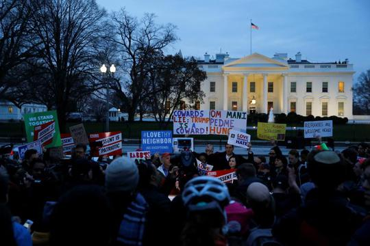 Người biểu tình tuần hành phản đối lệnh cấm nhập cư của Tổng thống Trump ở khu vực bên ngoài Nhà Trắng. Ảnh: Reuters
