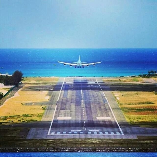 Sân bay hạ cánh cách đầu du khách vài mét - Ảnh 5.