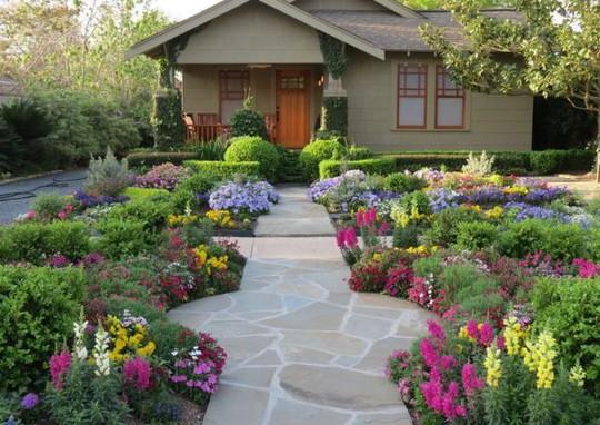 Sân vườn đầy hoa. Ảnh minh họa