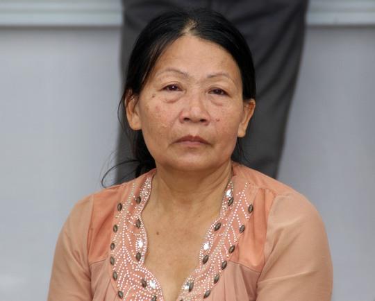 Bà Võ Thị Lành, mẹ chồng sản phụ T. thẫn thờ sau cái chết của con dâu.