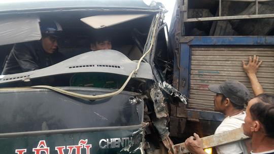 Hơn 1 giờ giải cứu tài xế xe tải mắc kẹt trong cabin - Ảnh 1.