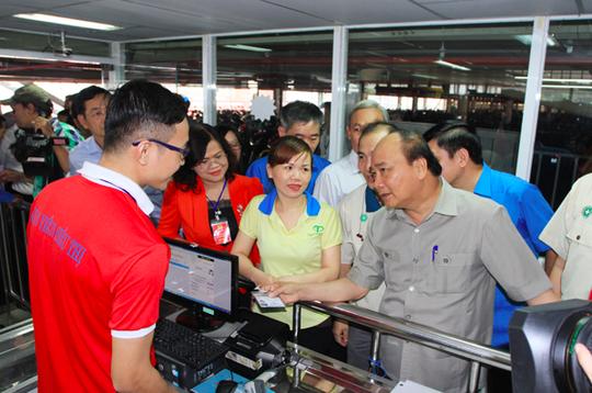 Hình ảnh xúc động của Thủ tướng với công nhân Đồng Nai - Ảnh 5.