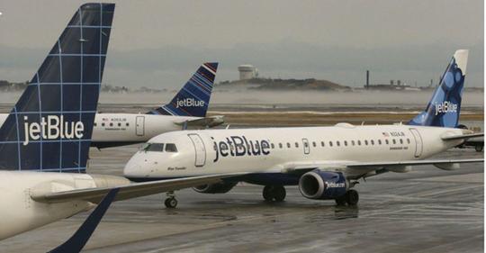 Máy bay của JetBlue đậu tại sân bay Logan, Boston. Ảnh: AP.