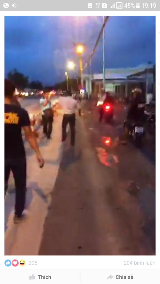 Phóng viên báo Thanh Niên bị  chọi đá ở trạm thu phí Cai Lậy - Ảnh 1.