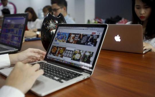 Nhân viên tại văn phòng của ứng dụng đăng bán Lozi tại Hà Nội Ảnh: REUTERS