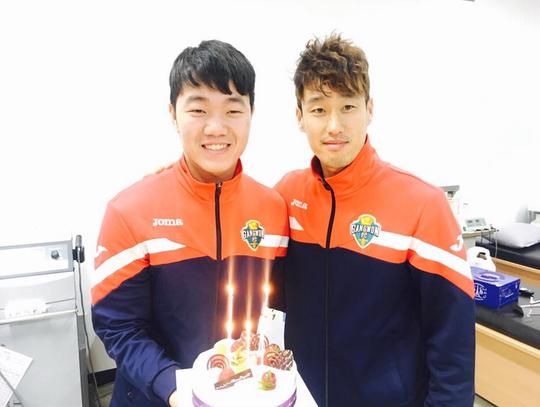 Xuân Trường (trái) mừng sinh nhật lần thứ 22 tại Hàn Quốc Ảnh: Mộc Nghênh