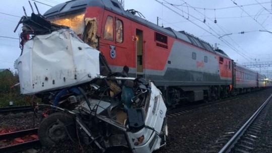 """Nga: Tàu lửa """"xé toạc"""" xe buýt, 19 người chết - Ảnh 3."""
