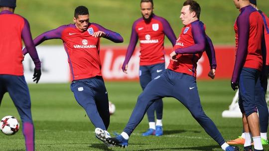 Smalling và Phil Jones bị Mourinho chỉ trích thiếu ý chí