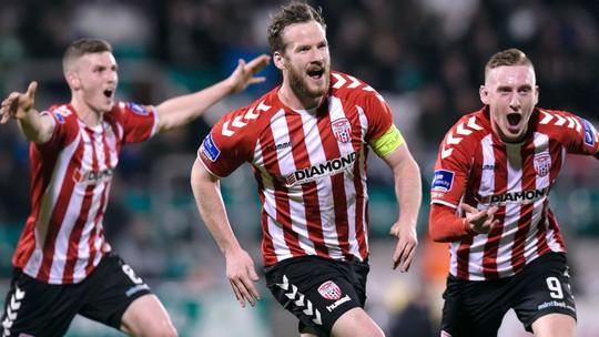 Đội trưởng McBridge (giữa) trong trận thắng đậm Drogheda