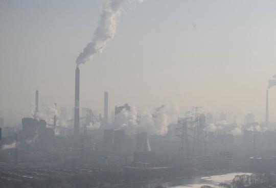 Khói thải ra từ một số nhà máy ở TP Thái Nguyên, Sơn Tây. Ảnh: Reuters