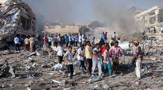 Thế giới sững sờ trước vụ đánh bom kép ở Somalia - Ảnh 2.