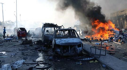 Thế giới sững sờ trước vụ đánh bom kép ở Somalia - Ảnh 1.