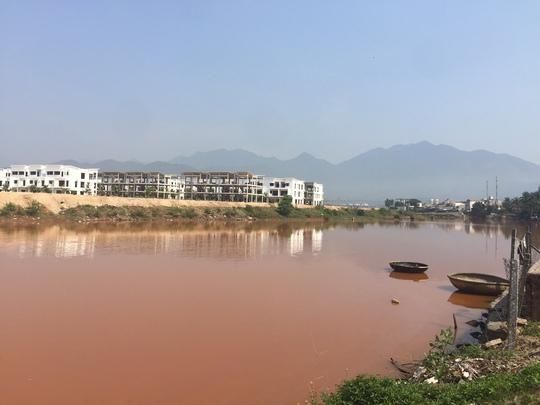 Sông Cu Đê, đoạn chảy qua phường Hòa Hiệp Nam, bỗng dưng đổi thành một màu vàng đục ngầu