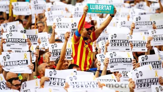 450.000 người xuống đường ở Catalonia sau đòn mạnh từ Tây Ban Nha - Ảnh 4.