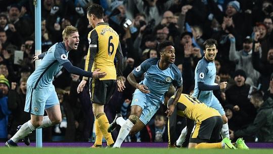 Lượt đi, Sterling (giữa) góp phần giúp Man City thắng Arsenal 2-1 Ảnh: REUTERS