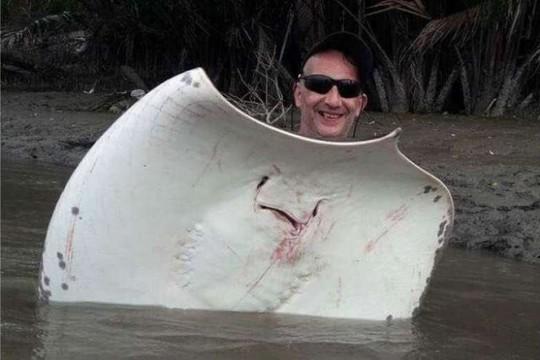 Bị bắt vì tiếp tay cho du khách bắt cá đuối hiếm - Ảnh 2.