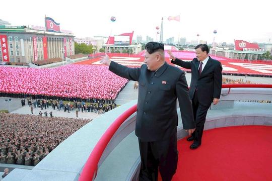 Nhà lãnh đạo Triều Tiên Kim Jong-un cùng Bí thư Ban Bí thư Trung ương đảng Cộng sản Trung Quốc Lưu Vân Sơn trong dịp kỷ niệm 70 năm thành lập Đảng Lao động Triều Tiên cuối năm 2015 Ảnh: Reuters