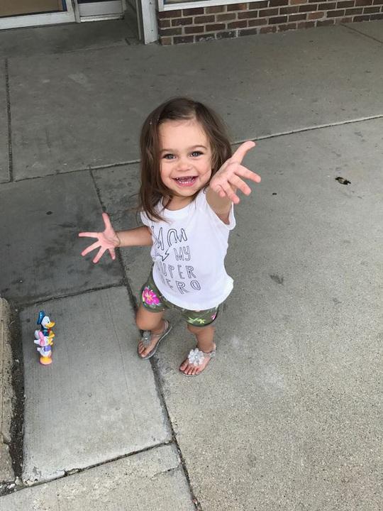 Bệnh hiếm gặp khiến bé gái ngã 100 lần mỗi ngày - Ảnh 2.