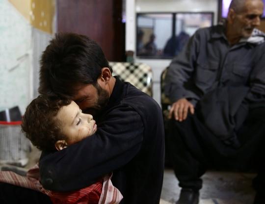 Người cha ôm thi thể của cậu con trai 4 tuổi Muhannad al-Zahar tại bệnh viện Douma sau một một tấn công ở thị trấn Douma – do quân nổi dậy Syria nắm giữ, hôm 20-11. Ảnh: Reuters