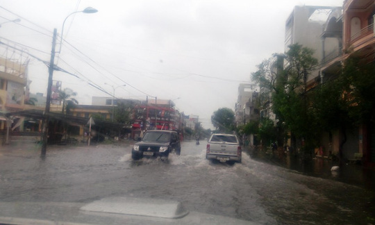 Phú Yên ách tắc, 6 người chết, mất tích vì bão số 12 - Ảnh 1.